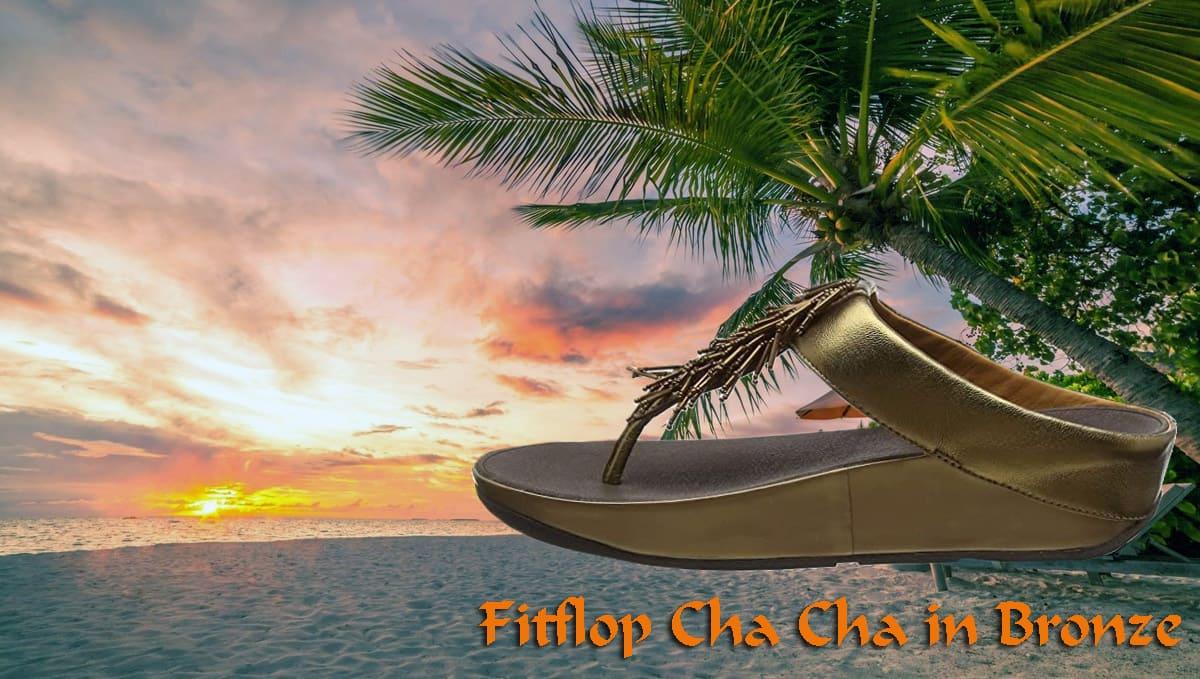 Fitflop Damen Sandale Cha Cha in Farbe bronze. Sonnenuntergang am Strand.